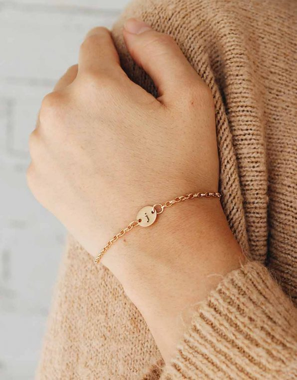 dainty-initial-bracelet-gold-model-2